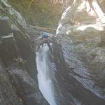 半円の滝をステミングで登るY城さん